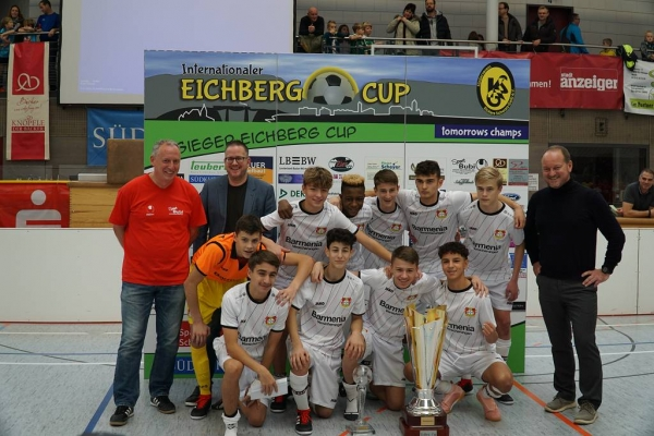 Teubert presents the winner of the Eichberg-Cup